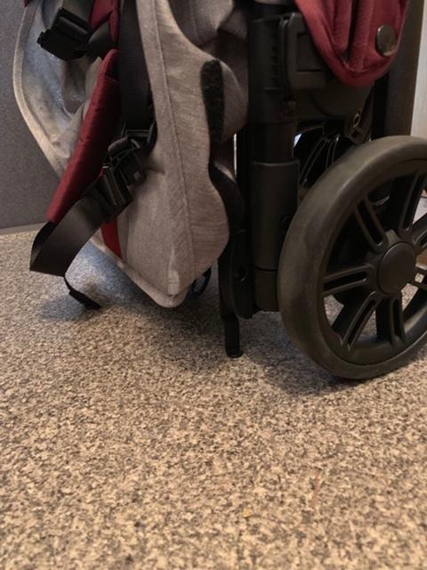 たたんだ状態で、シートや持ち手が床につくことがありません