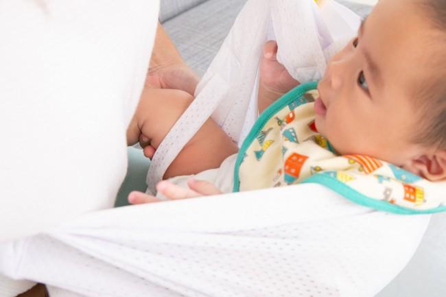 赤ちゃんを包む前に、必ずセーフティーストラップに足を通して
