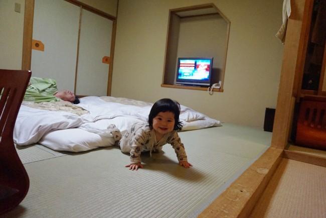 お布団を敷いてもらって、パパもママもリラックス。娘は終始楽しそうにはいはいしていました