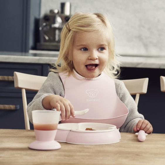 今年トレンドのペールカラーが追加されたお食事用スタイは、ビョルンのロングセラーアイテム
