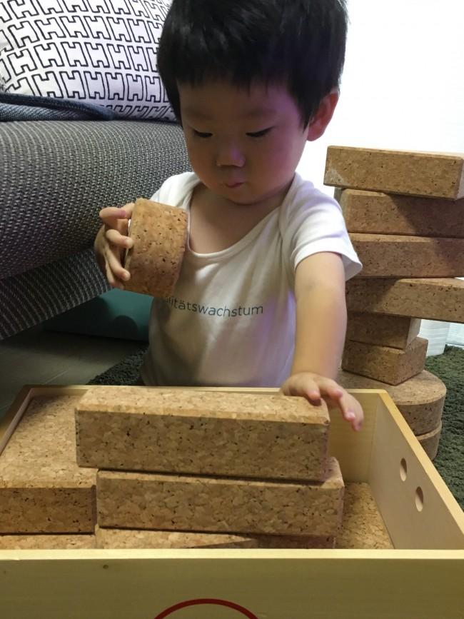 大きな積み木は、コルク製が安心です