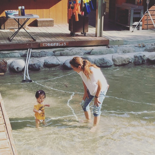 1歳の妹でも安心のじゃぶじゃぶ池。暑い季節はいいですね!