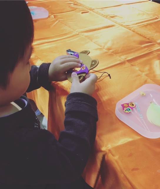 シールをペタペタ。小さな子供でも楽しく作れます