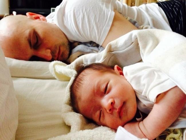 息子と同じ格好でぐっすり眠るパパ