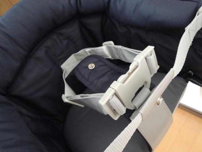 腰ベルトと股ベルトで安全にホールドします