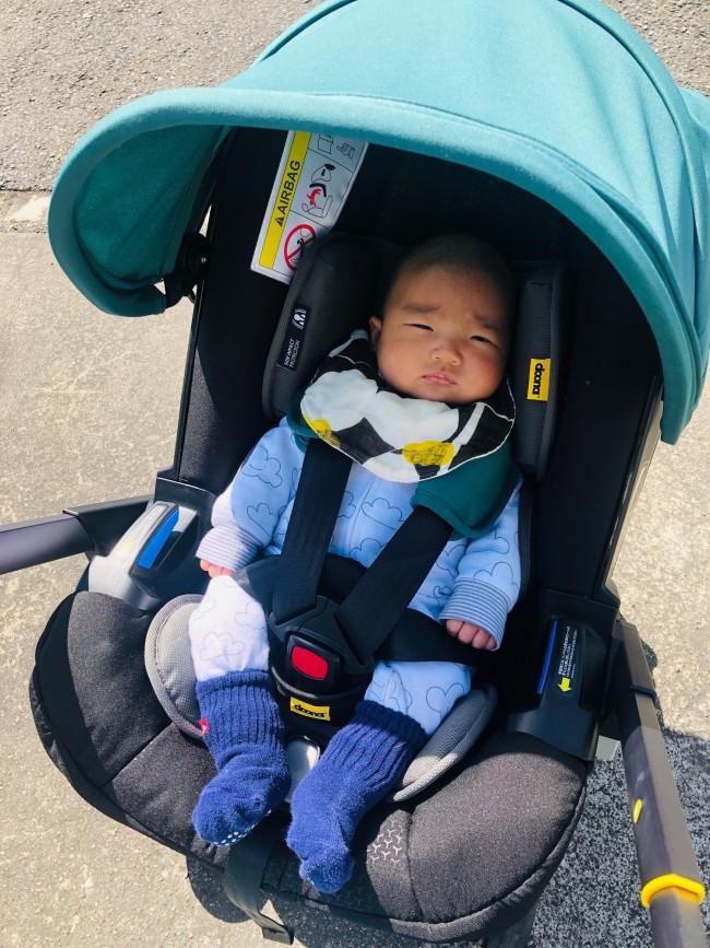 5点ハーネスで、しっかりと体を固定してくれます。赤ちゃんの足元に見えるベルトを引っ張るだけで、ハーネスの長さをシートベルトのように細かく調整できます