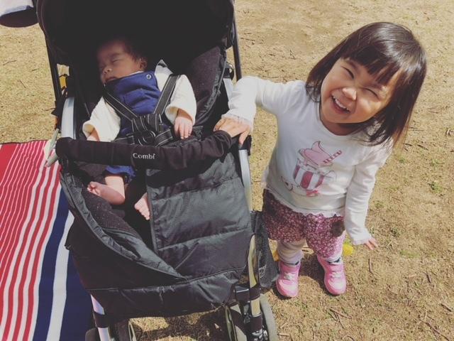 晴れた日はピクニックに♪ 新生児から乗れるベビーカーは、3人目でも愛用中です