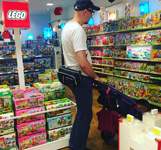 パパもレゴには賛成! 創造性や手先の使い方、色や形などの認識を自然に身につけることができそうです