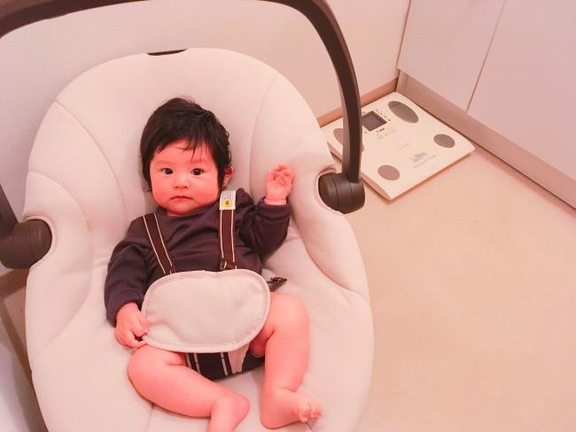 ママの入浴中は、脱衣所のスウィングで待機。持ち運びが楽々なので家中で大活躍です!