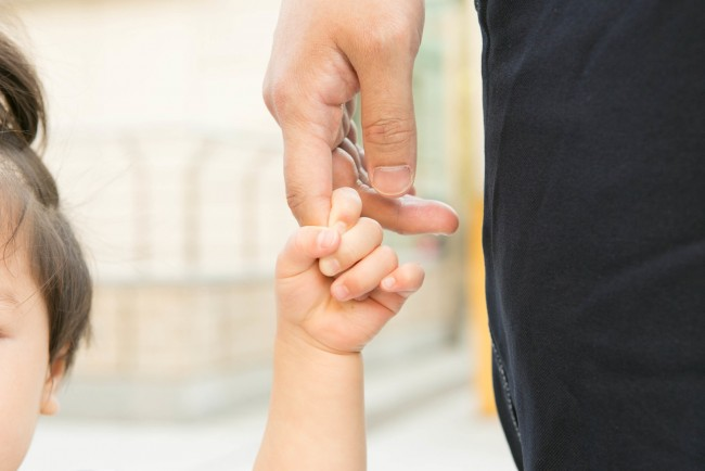 手の繋ぎ方がかわいい♡ 1歳半頃は、あんよでおでかけが楽しい時期ですね!