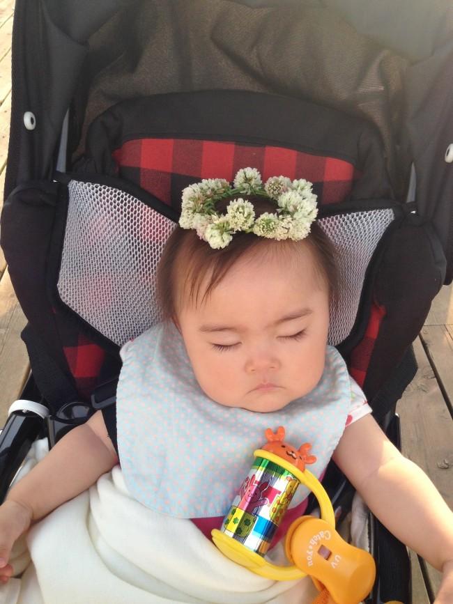 ベビーの時期は、帽子かヘアバンドがおすすめ♡ 公園でこんなかわいい花冠をつくってみたりもしました