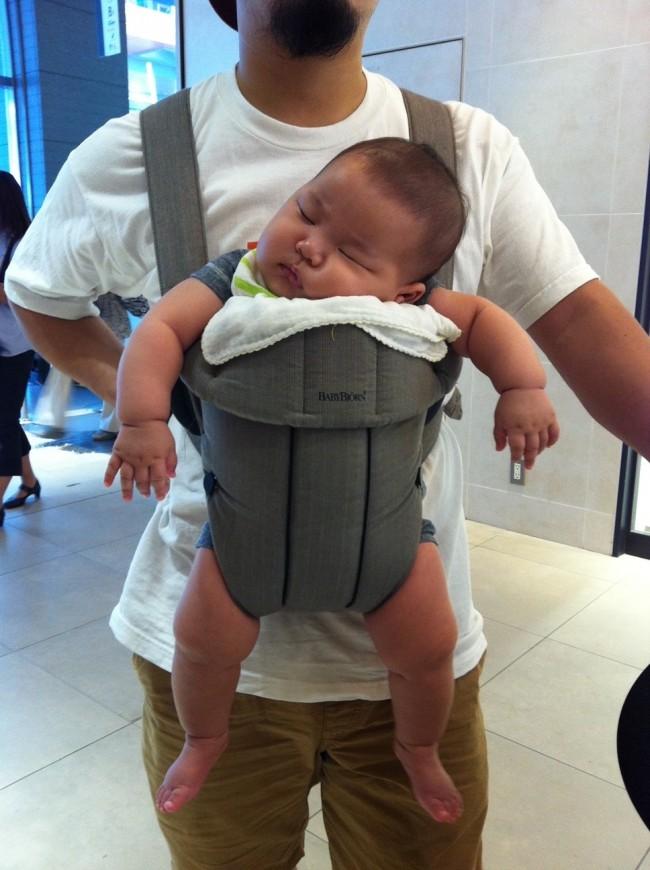 パパの抱っこで寝てしまうことも(新米パパママだったので、前抱っこの仕方が間違っています!)