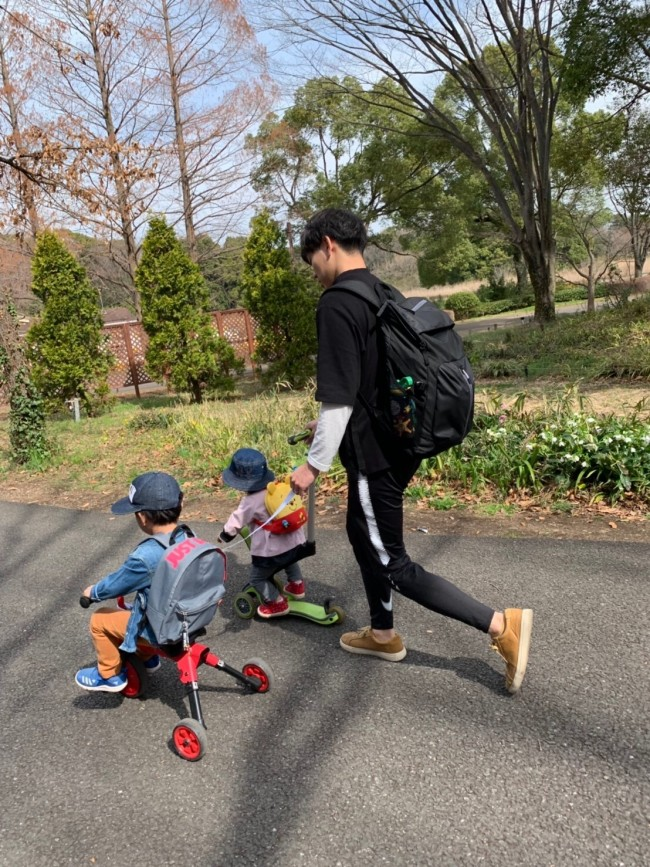 パパと2人の子どもたちを見て、さらに家族が増えるしあわせを噛み締めています