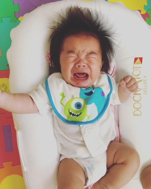 授乳後、ゲップが出切っておらずに泣くことも。大きなゲップが出るとスッキリ!