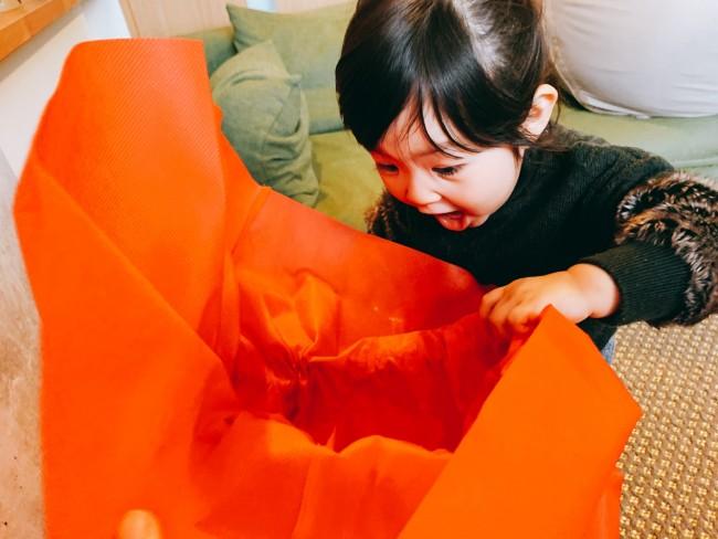 袋を開けるとこの表情。子どもたちのこんな顔を見られるのもクリスマスの楽しみですね♡