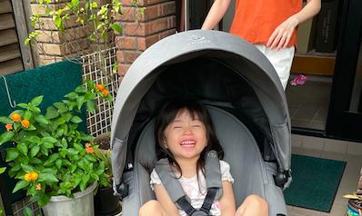 3歳になる長女も満面の笑み! 22キロ(4歳頃)まで使用可能なので、次女がキャリーコットを卒業したら、姉妹兼用にできそうです