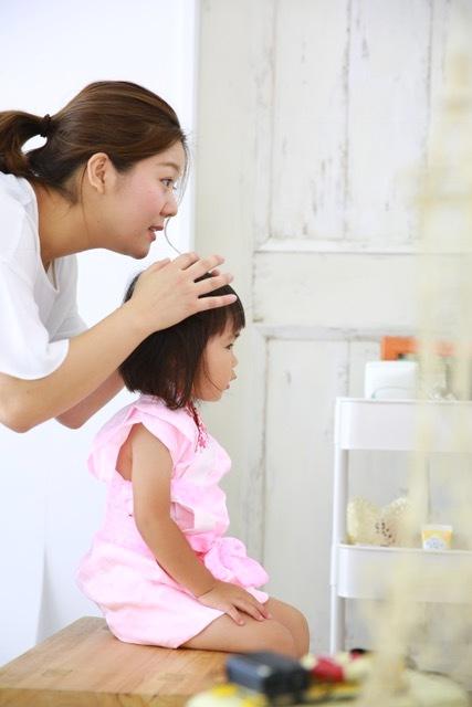 鏡の中の自分を見て、真剣な娘。美容師経験のあるコーディネーターさんもいるので、女の子は可愛いヘアセットもバッチリです!