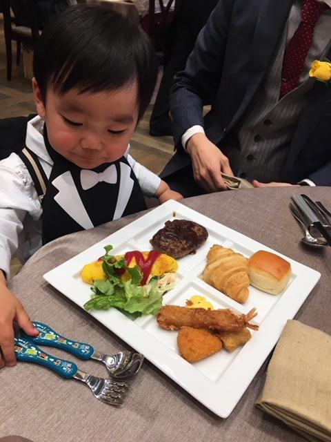 タキシード風のお食事ビブは、結婚式にぴったり! たくさんの方からお褒めの言葉をいただきました♪