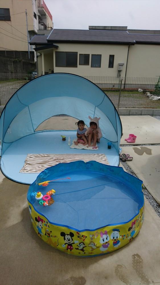 庭にプールとテントを広げて、おうち遊びを充実させています♪