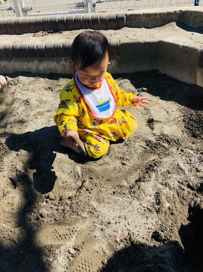 まだハイハイしかしない時期から砂場に放たれていた三男