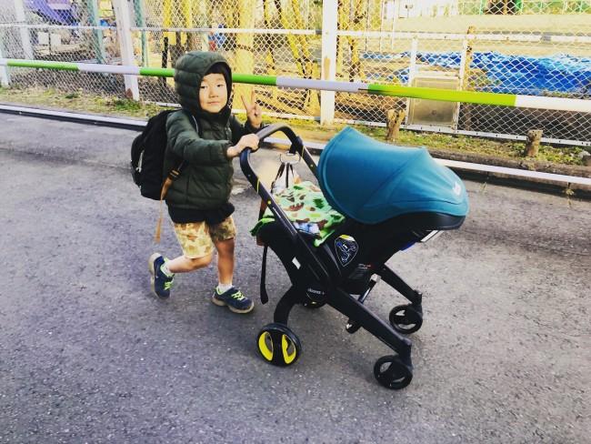 お兄ちゃんたちにちょうど良い高さに。弟の顔を見ながら楽しくお散歩できます