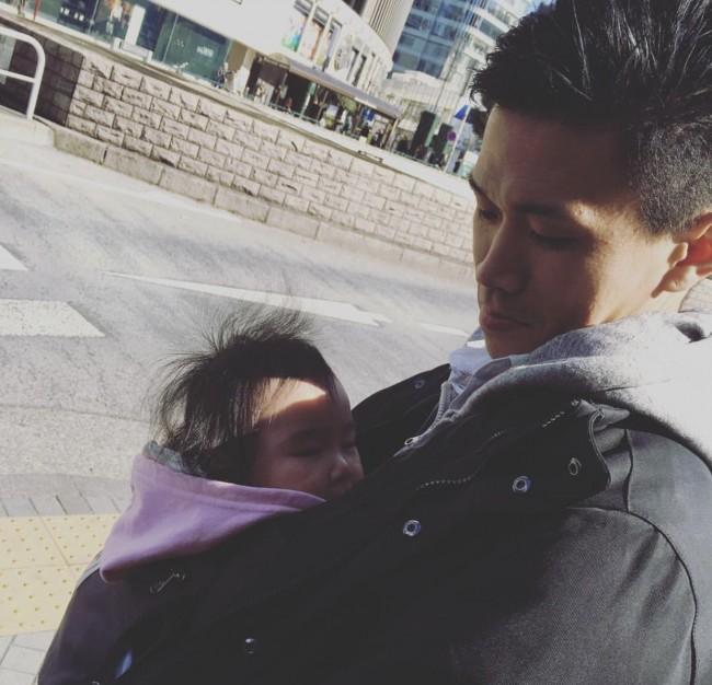抱っこは赤ちゃんにとって、パパママと触れ合えて落ち着くリラックスタイム♪