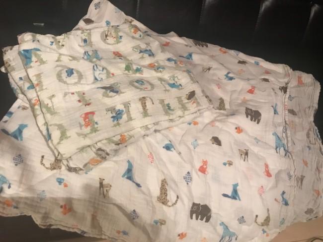 子どもはバスタオル代わりにガーゼのおくるみを。ガーゼのおくるみは薄手で涼しく、すぐ乾くし日よけやお昼寝時にも便利なので2枚持っていきます