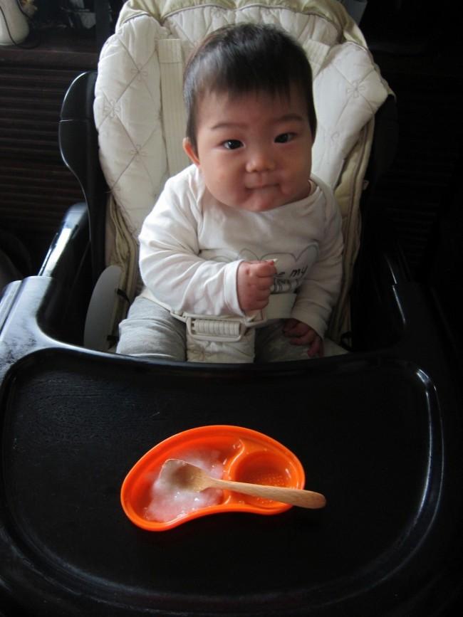 ニコニコ食事する姿、とっても可愛い! 離乳食を楽しくラクにする、とっておきアイテムをご紹介します