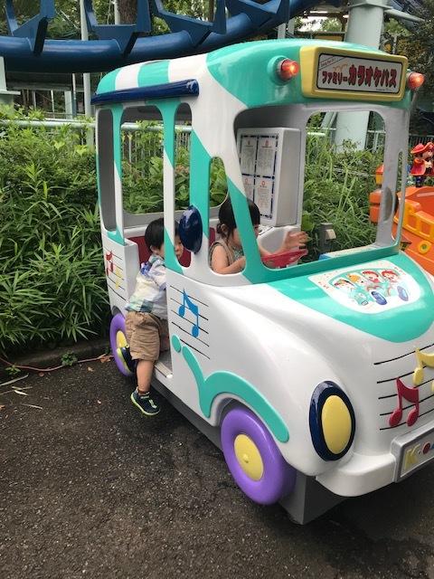お友達と園内の乗り物に乗って楽しみました♪