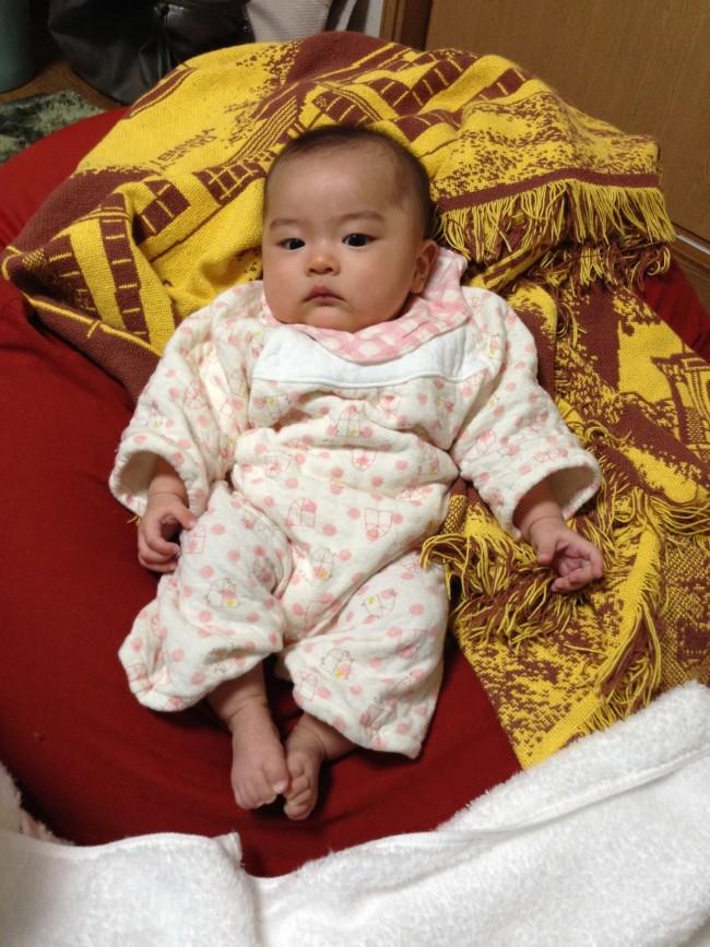 生後3ヶ月頃。「足の裏から体内の熱を放出させ、体温が下がると眠くなる」と聞いたので、手足は寒くても出していました。授乳中のため、真夜中の授乳時の襟周りの汚れ対策に、寝てる間もよだれかけを着用