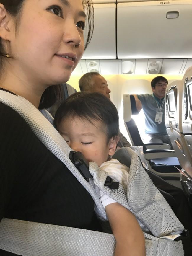 ミネモトさん親子。1歳3ヶ月のカズヨシくんは、ベビービョルンONEのなかでぐっすりでした