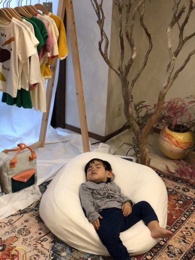 買い物とおしゃべりに夢中になっている間に、安心して寝てしまった息子