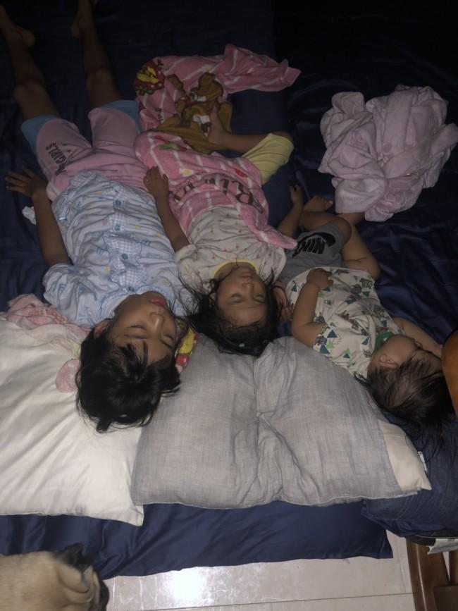子どもの寝姿は何よりの癒し。3きょうだいが寝ると、やっとママの1日が終わります♪