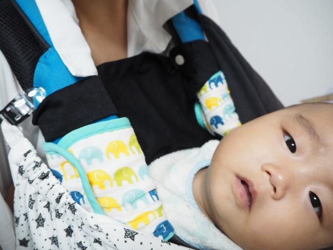 ママの胸に顔をあてる赤ちゃん。よだれや汗で洋服が汚れることないので、ママもおしゃれを楽しめます
