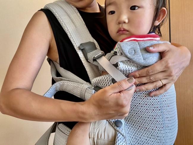 ヘッドサポートのベルトで調節。この写真では腕を中にしまっていますが、赤ちゃんの腕がアームホールから出ていることを確認!