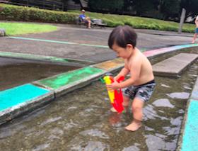子どもは、水鉄砲が大好き! 公園などではマナーを守って楽しく遊びましょう