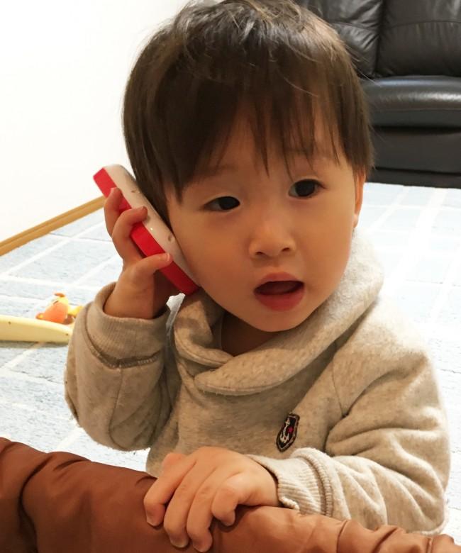 パパの口真似をして電話をしている風な1歳4ヶ月の頃