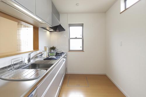 シックなデザインも登場していますが、日本のキッチンの広さに合うのは、白系統やゴールド系などの冷蔵庫なのです