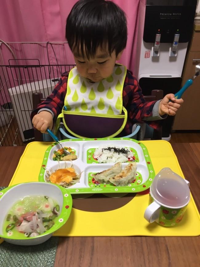 子どもが食べやすいよう、自然なフォローをしてくれるカトラリーを紹介します♪