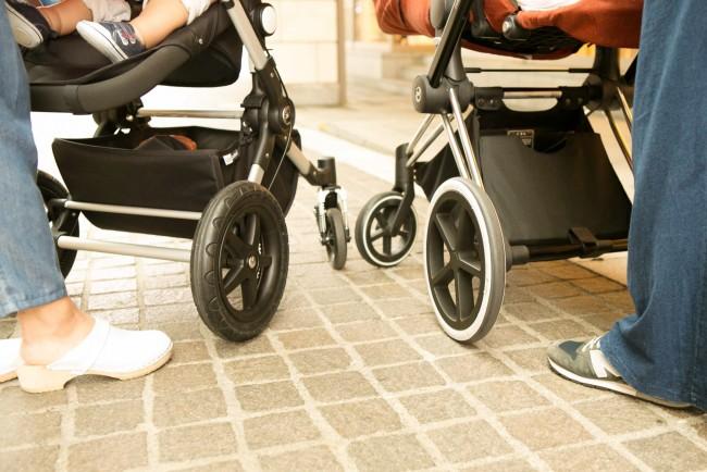 タイヤ同士の間があるので歩きやすい。どちらのタイヤも大きさは同じくらいです