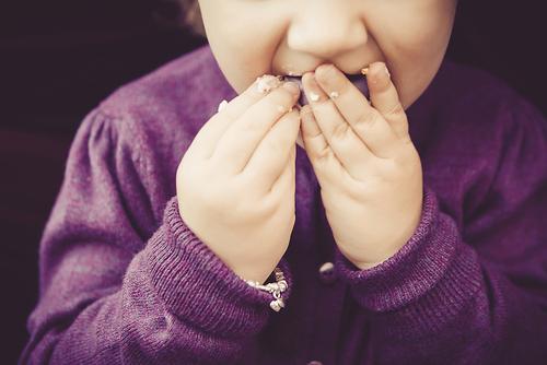 9ヶ月頃からはじまるてづかみ食べ。成長の過程で欠かせない経験です