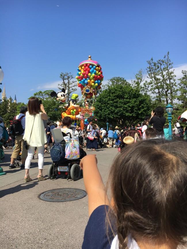 パレードの人波がすごければ、引きで見るのでも十分フロートとそこに乗るキャラクターが見えます