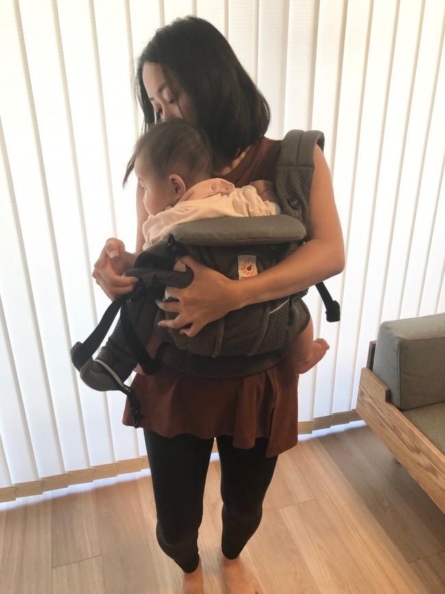 赤ちゃんの背中やおしりをしっかり抱っこしながら、両方の肩ベルトに肩を通します
