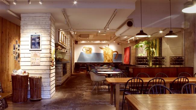 ナチュラル感を意識した店内は天井も高くて開放感たっぷり。テーブルの間隔が広めで、ベビーカーもらくらく通れます