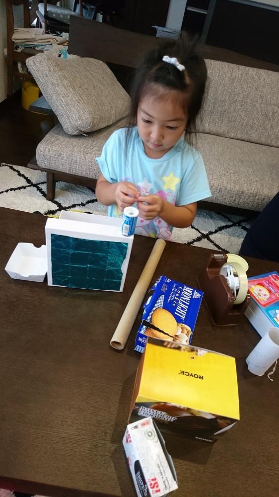 お菓子の空き箱などを溜めておいて、「何を作ろう?」と考えるのも楽しい時間!
