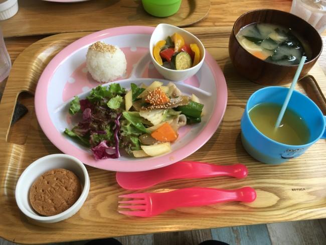 「一汁三菜」をベースにしたバランス、栄養満点のお子さまランチ。日本全国から厳選したこだわりの食材を使用しています