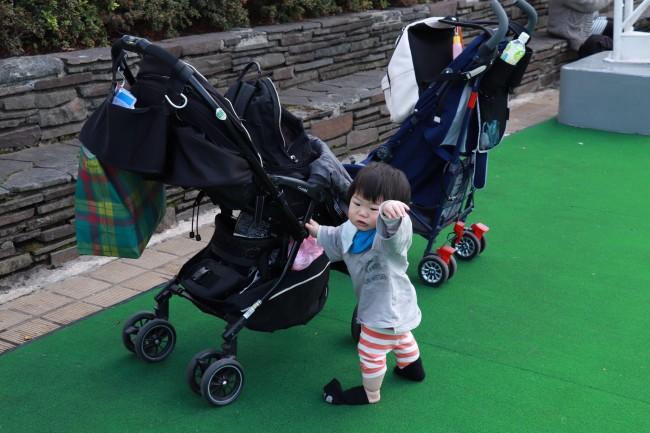 人工芝エリアでは、たくさんの子供達が走り回っていました