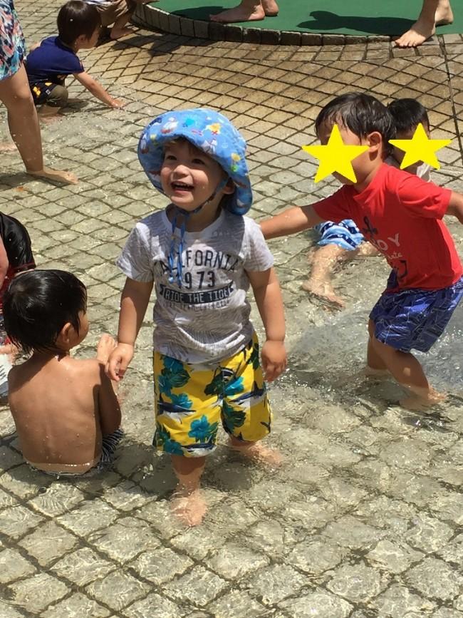 じゃぶじゃぶ足を水につけて遊べる広場もたくさん♪ たくさんの子どもで賑わいます