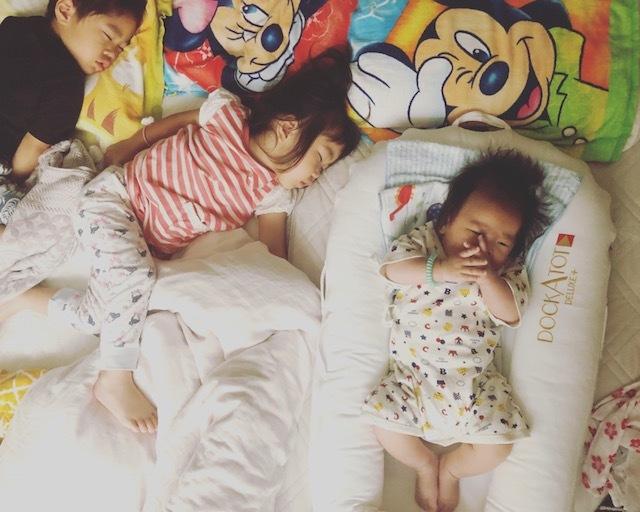 どんなに騒がしい一日を過ごしても、3人の寝顔に救われています♡