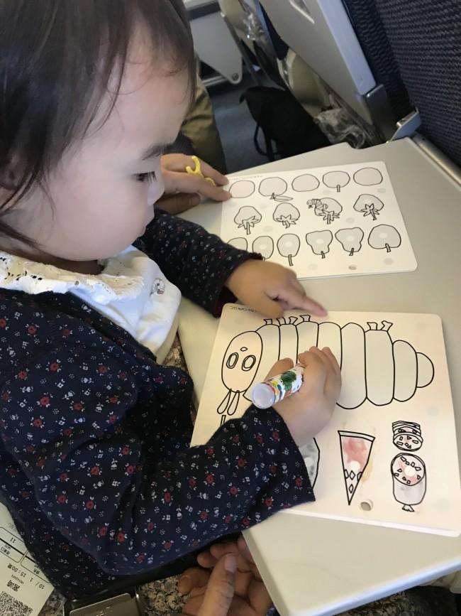 赤ちゃんのご機嫌をとるのに、お気に入りのおもちゃや塗り絵などのアイテムも活躍です♪